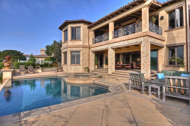 14-pool-back-house